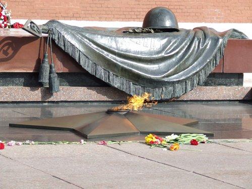 Главные символы Памяти – мемориал «Могила Неизвестного солдата» и Вечный огонь